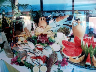 A rich buffet, from fish, crustaceans until the fruit